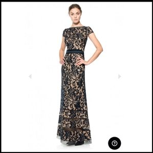 EMBROIDERED LACE CAP SLEEVE GOWN IN NAVY / NUDE